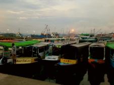 Kishajók hajnalban