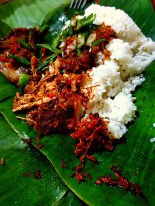 Banánlevélen rizs, csirke és bab és valami ehetetlenül csípős