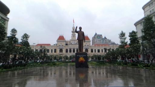 Városháza és Ho Chi Minh tábornok szobra